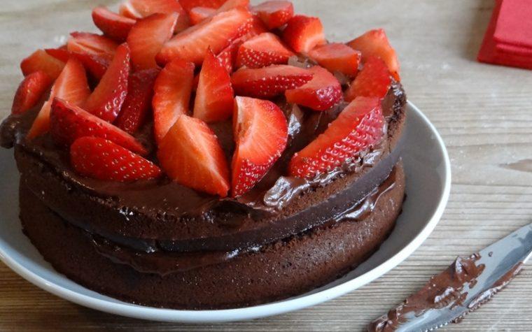 Torta cioccolato e fragole senza lattosio e uova