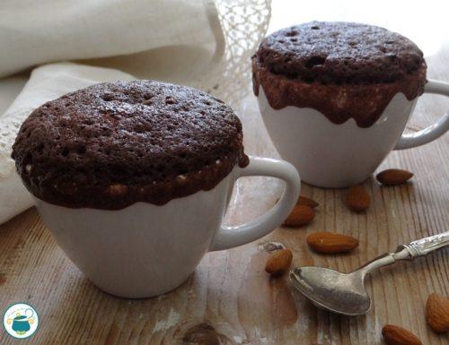 Torta in tazza al cioccolato e mandorle