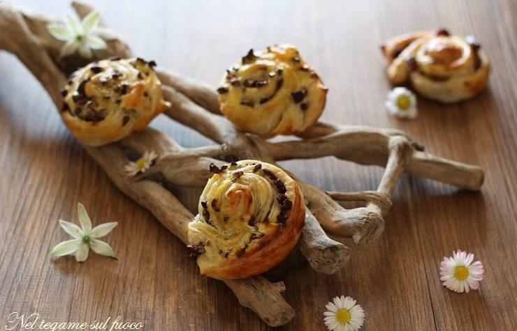 Girelle dolci di sfoglia con crema e cioccolato