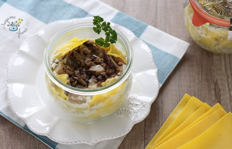 Lasagne ai funghi in vasocottura con salsiccia