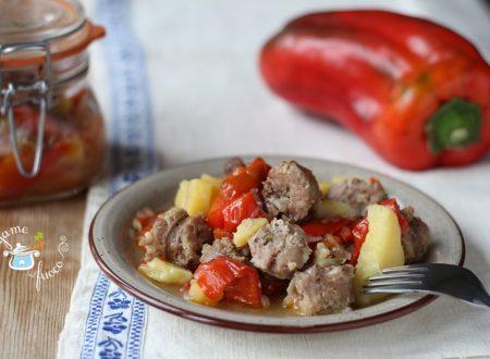 Salsiccia in vasocottura con patate e peperoni