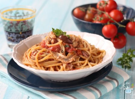 Pasta con alici, pomodorini e olive