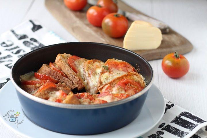 Torta di pane al microonde con pomodoro e mozzarella