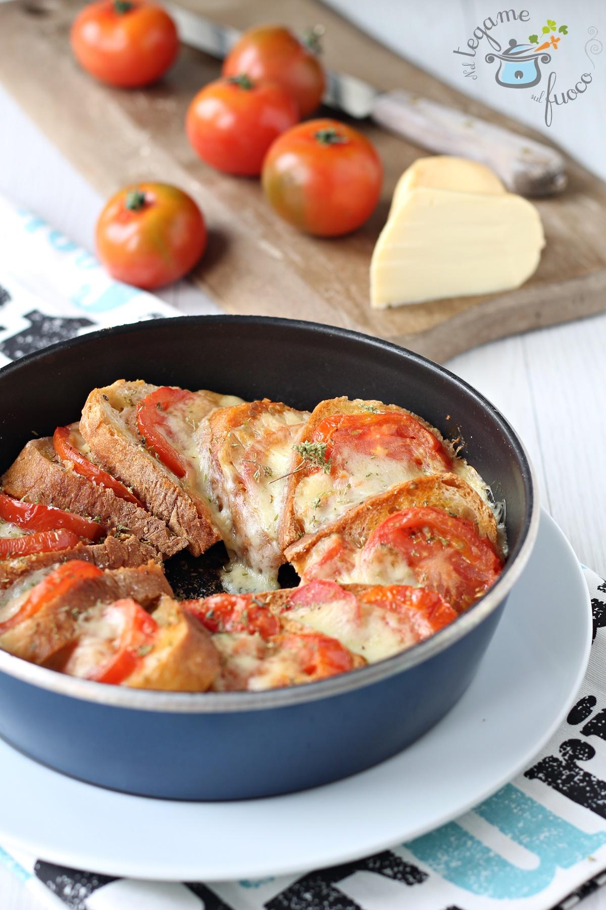 torta di pane con pomodoro e mozzarella cotta in microonde