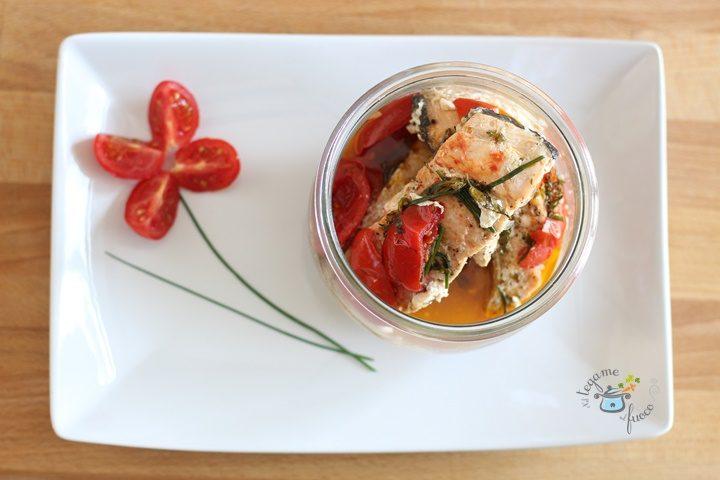 salmone erbe e pomodorini vasocottura