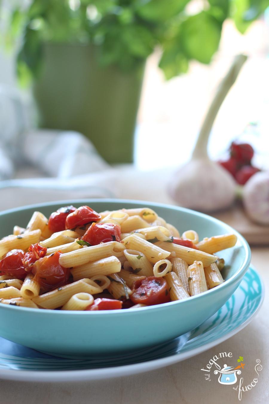 pasta al pesto di acciughe aglio e prezzemolo con pomodorini