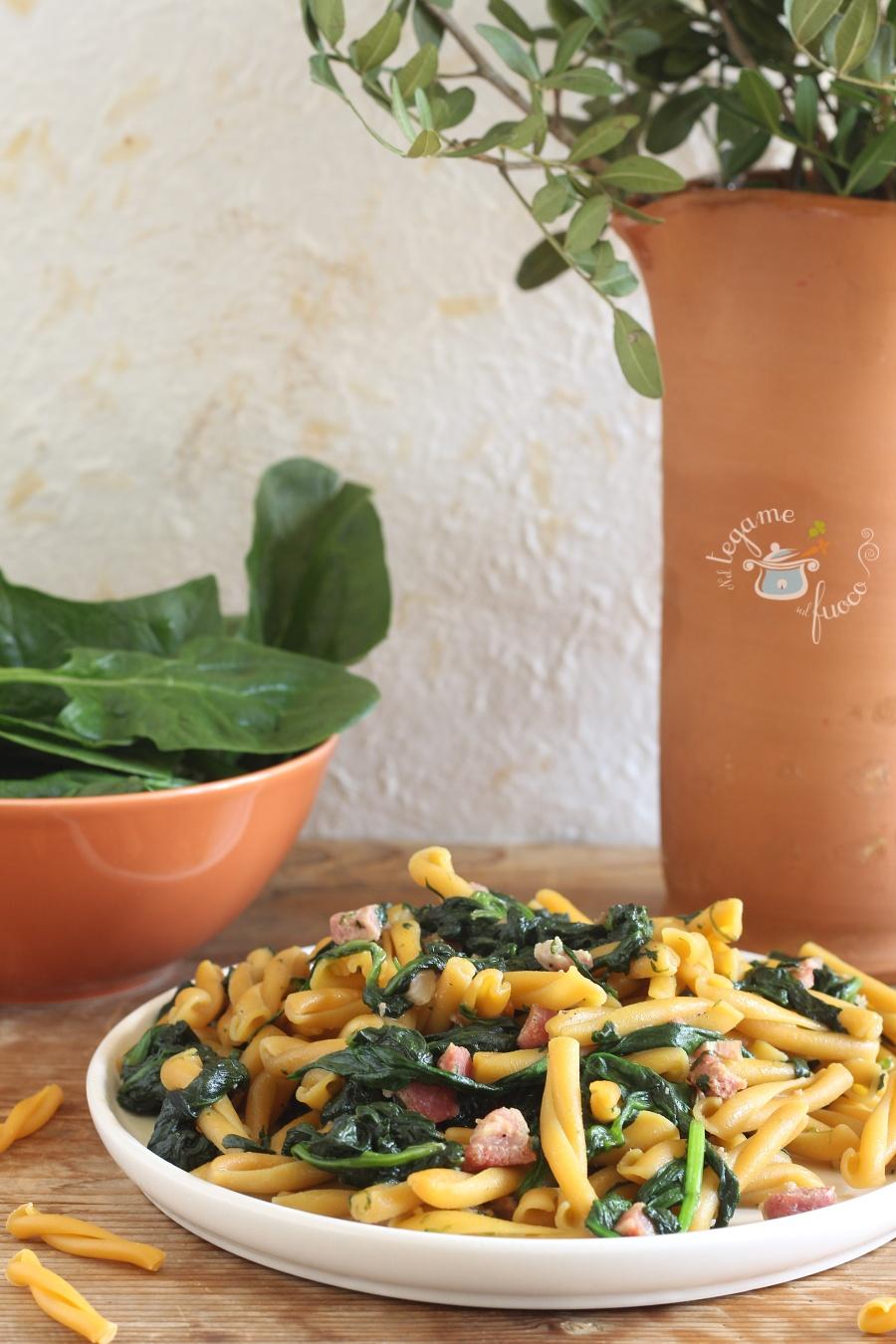 casarecce di ceci risottate cotte in padella con spinaci e pancetta