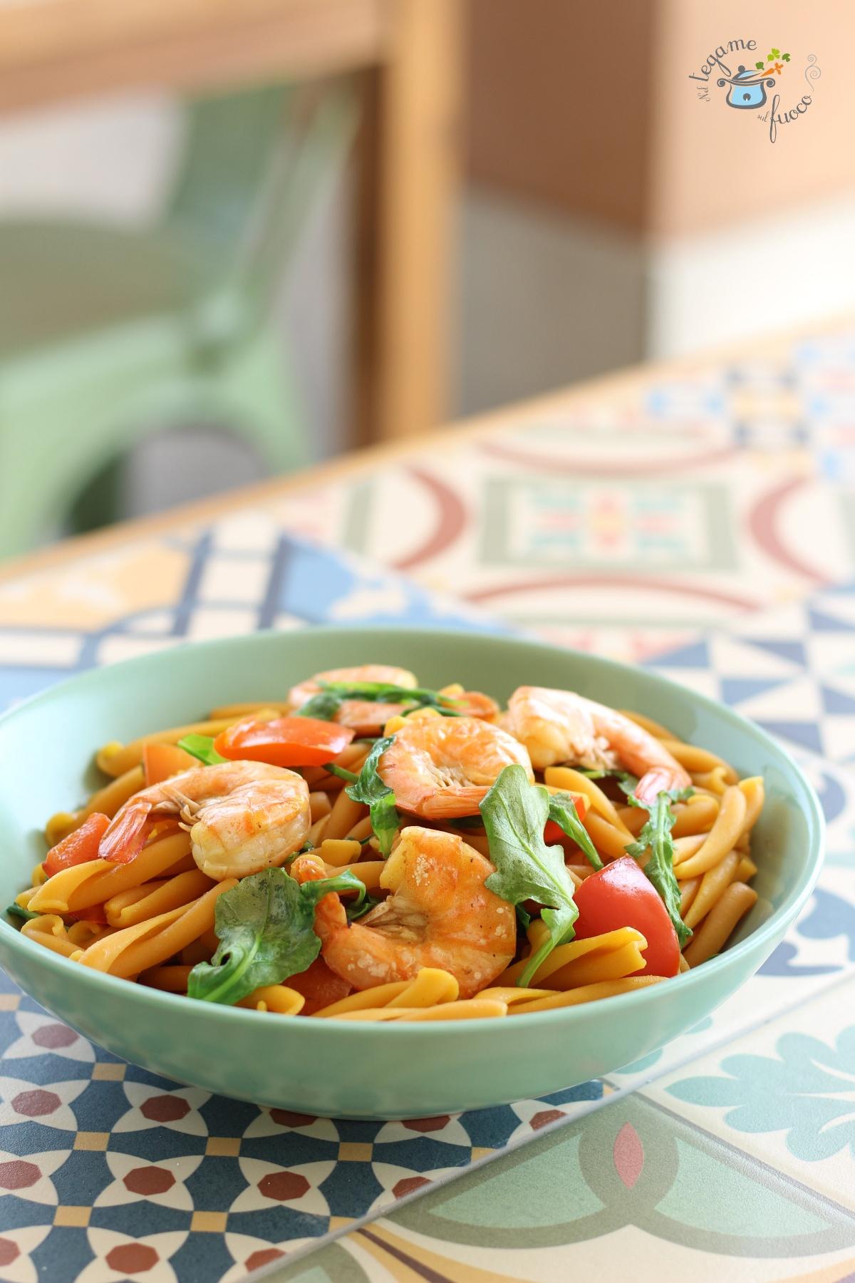 ricetta pasta con gamberi peperoni e rucola veloce