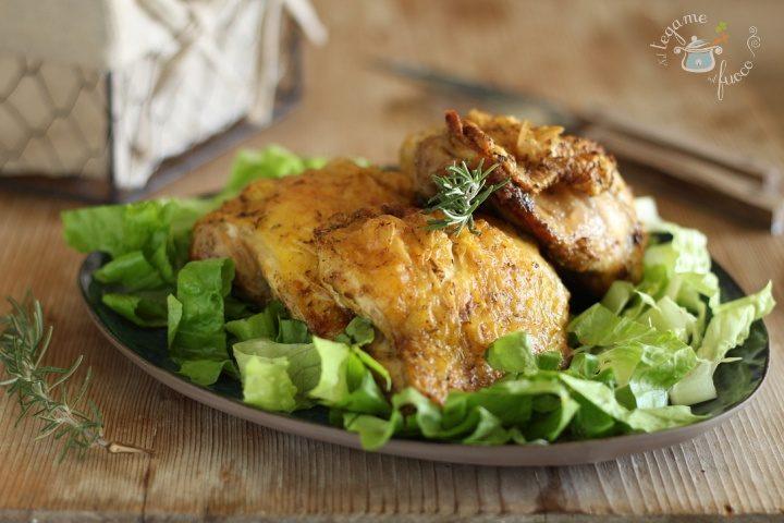 Pezzi di pollo arrosto nella friggitrice ad aria