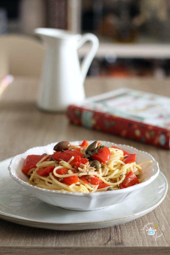 spaghetti con peperoni e tonno olive e capperi