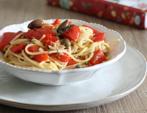 Spaghetti con peperoni e tonno