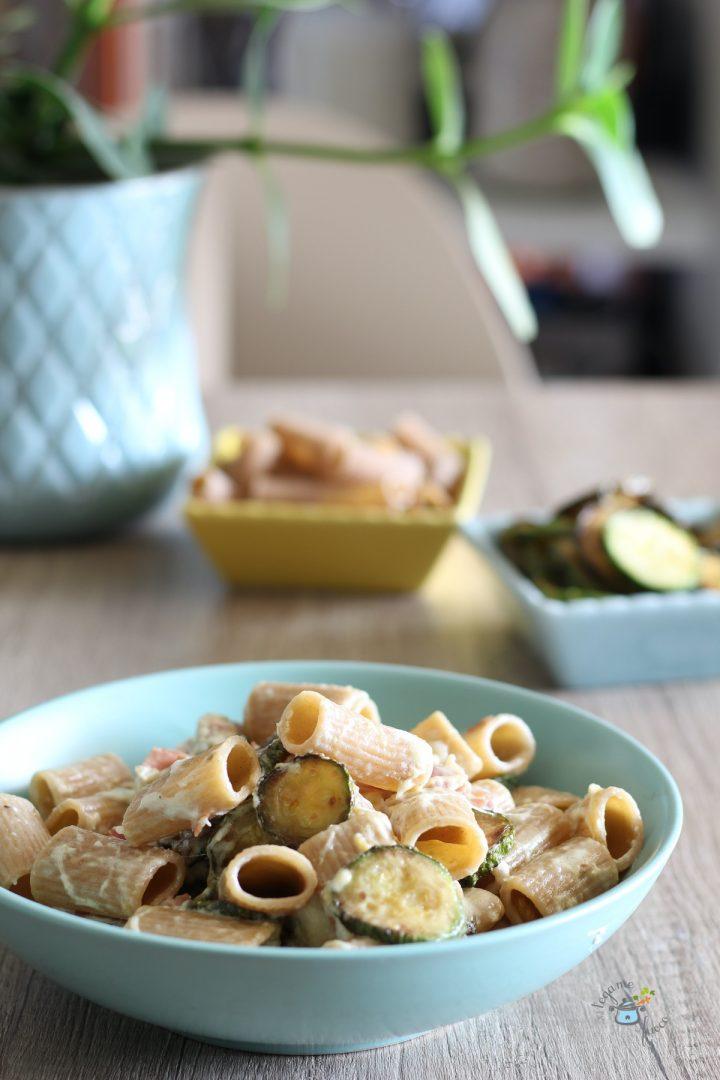 pasta mezze maniche integrali con stracciatella, zucchine e speck