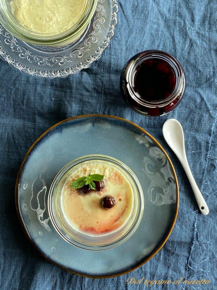 dolce allo yogurt greco in vasocottura