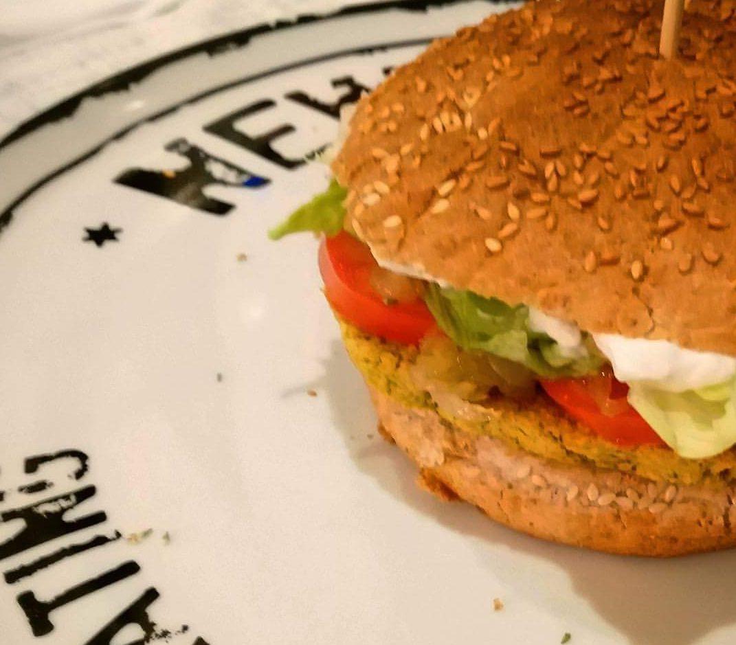 Hamburger di ceci con cipolla caramellata pomodoro e maionese vegan