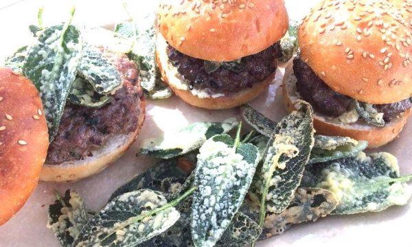 Panini soffici con hamburger e chips di salvia…supercroccante!!