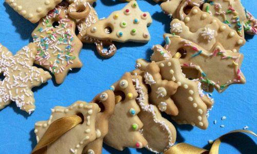 Biscotti natalizi per l'albero decorati al cioccolato bianco