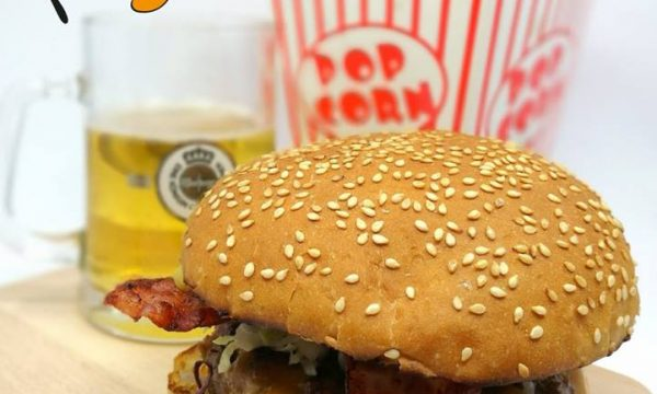 Hamburger all'americana con bacon e cheddar