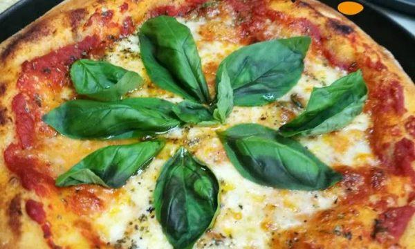 Pizza col cornicione a lunga lievitazione