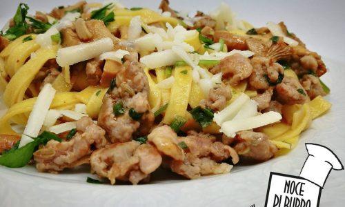 Tagliatelle ai finferli, salsiccia e pecorino