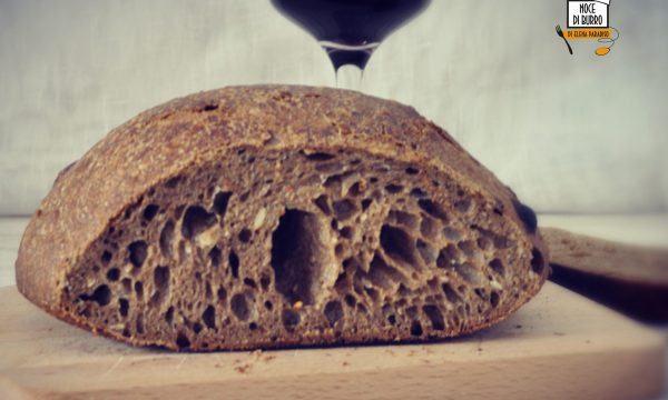 Pagnotta di pane nero con pasta madre
