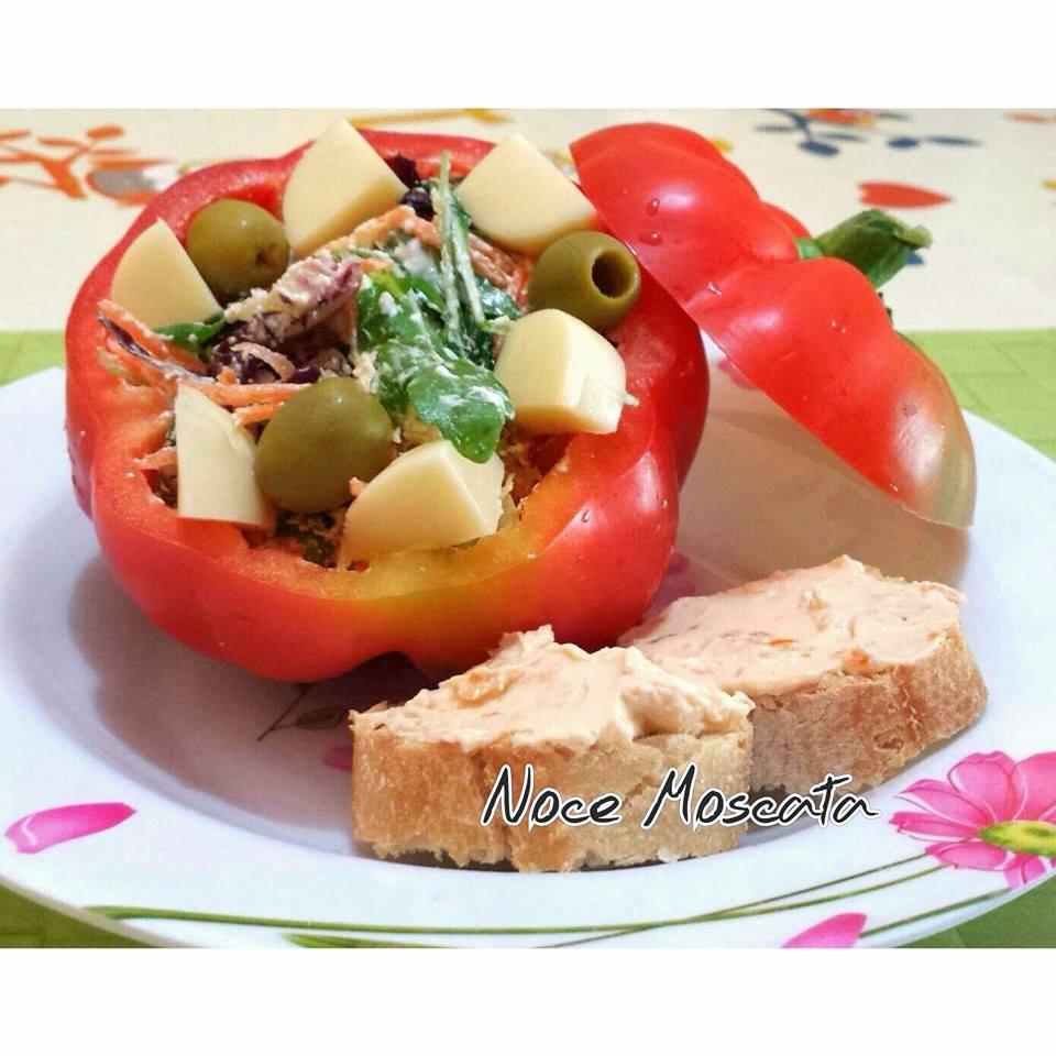 Peperoni ripieni di insalata mista e philadelphia