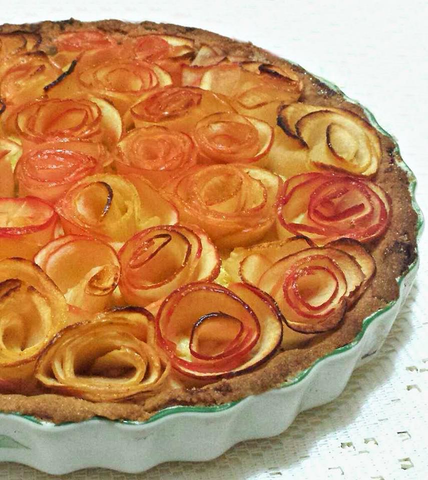 Crostata crema e rose di mele