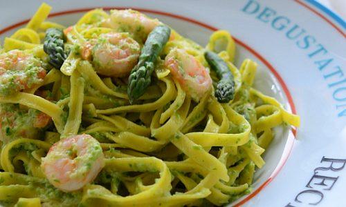 Tagliatelle crema di asparagi e gamberetti