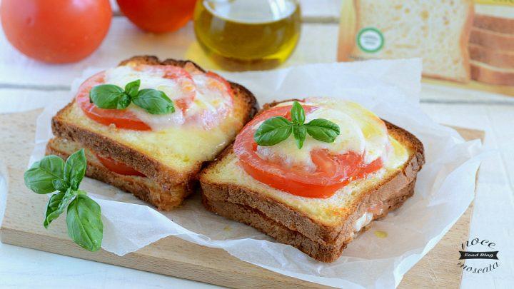 Toast di caprese al forno