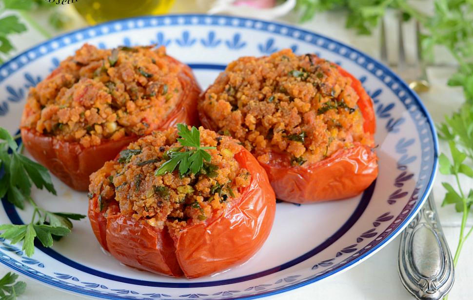 Pomodori gratinati ripieni al forno con capperi acciughe for Secondi piatti romani