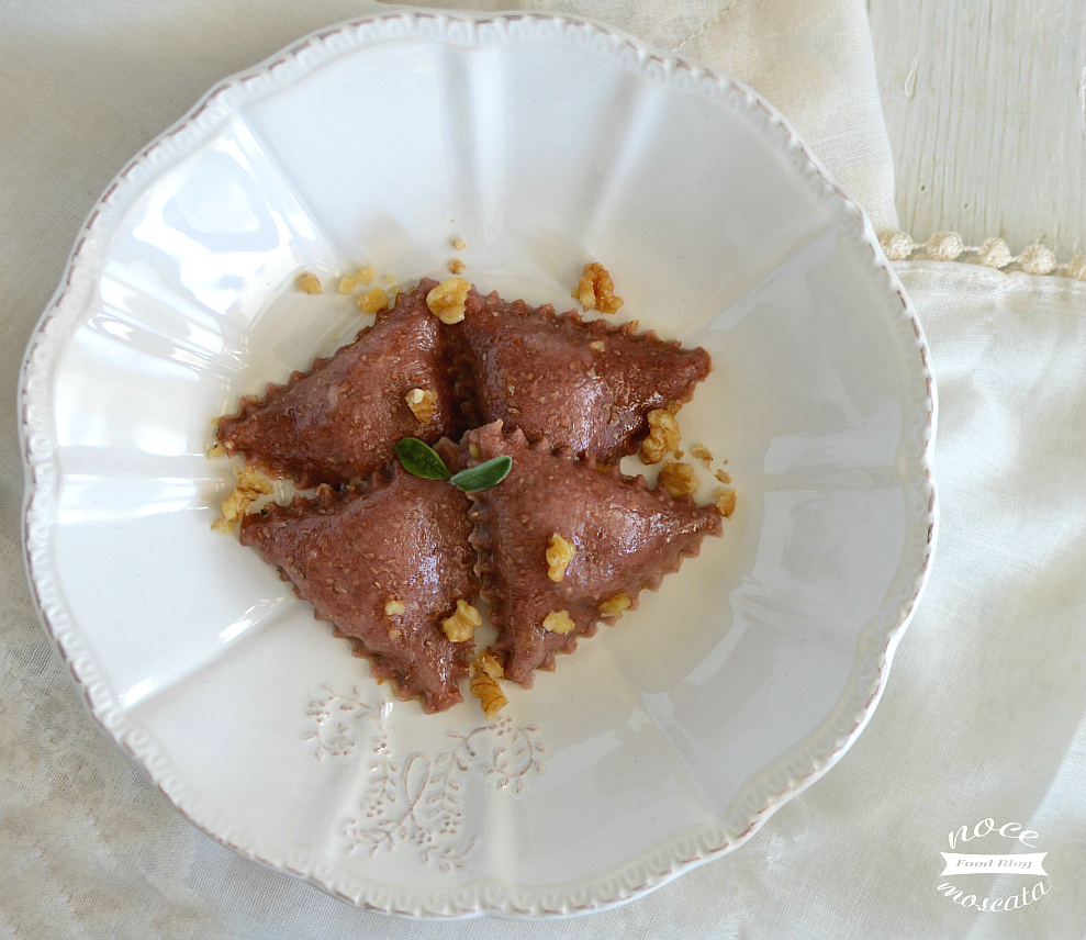 Ravioli alla barbabietola con robiola e noci