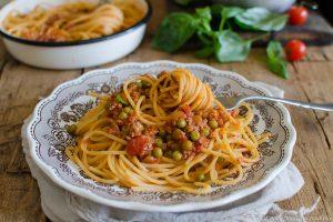 Spaghetti al ragù di carne con piselli