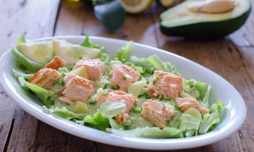 Insalata di salmone con avocado e salsa allo yogurt