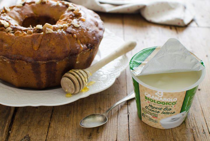 Ciambella al grano saraceno con yogurt frutta secca e miele
