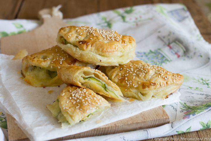 Panzerotti di sfoglia con zucchine e mozzarella