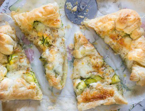 Pizza di sfoglia zucchine e mozzarella