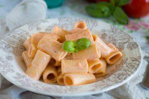 Pasta con crema di ricotta e pomodoro fresco
