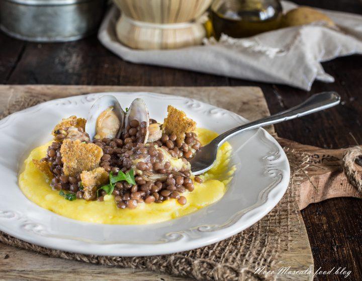 Lenticchie alle vongole con croccante di oliva ascolana su purè di patate allo zafferano