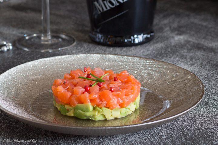Tartare di salmone e avocado con lime ed erba cipollina
