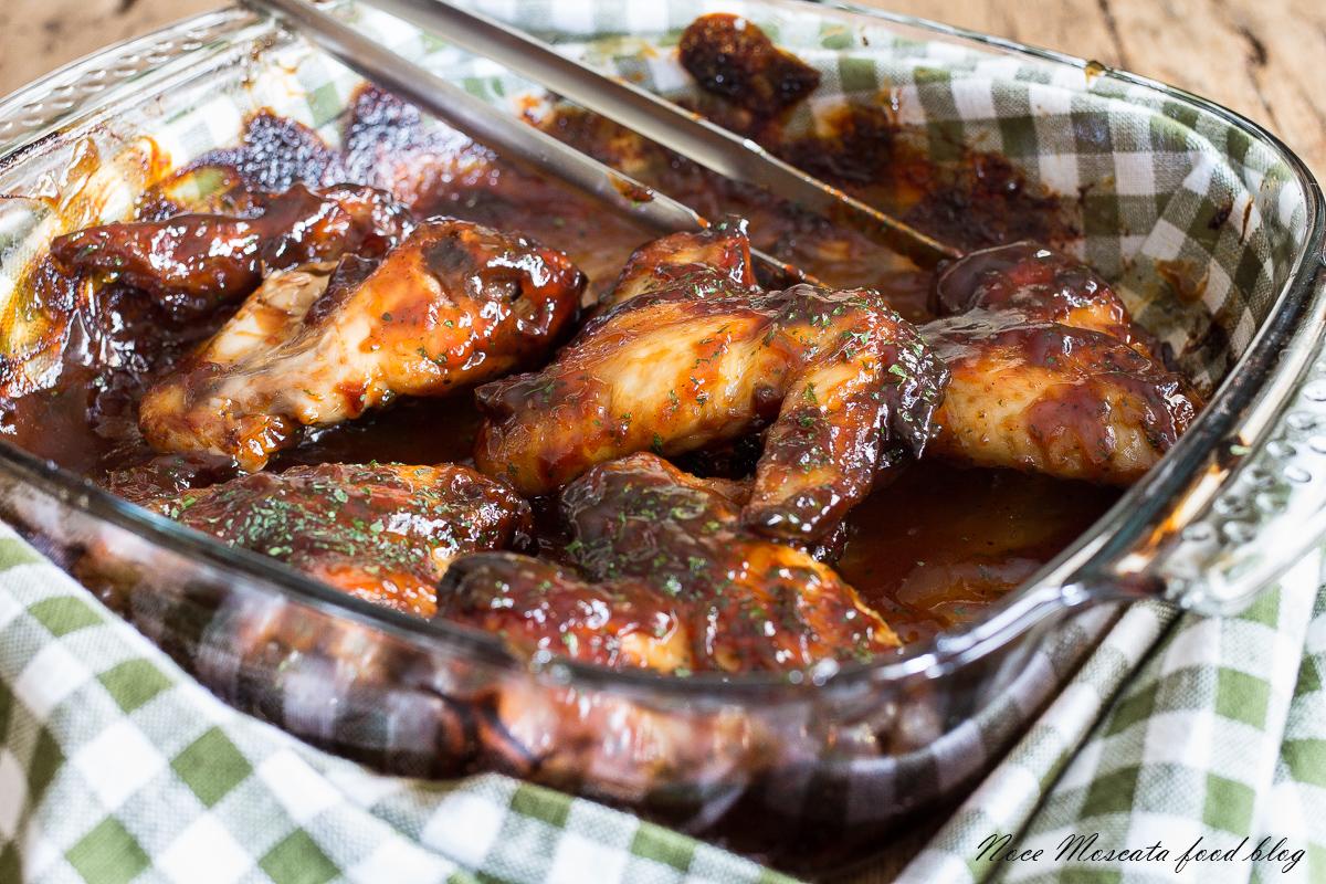 Ali di pollo glassate al miele e salsa barbecue
