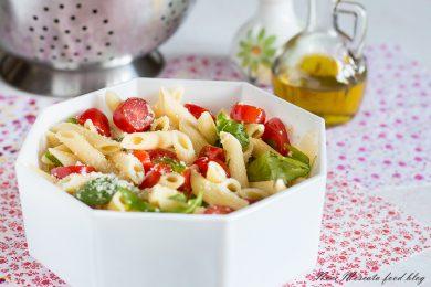 Insalata di pasta con pomodorini rucola e grana