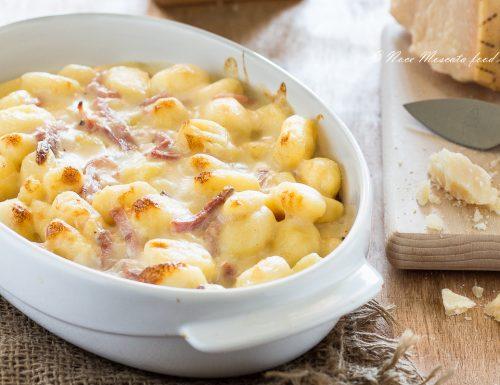 Gnocchi al gratin con fonduta di formaggio e speck