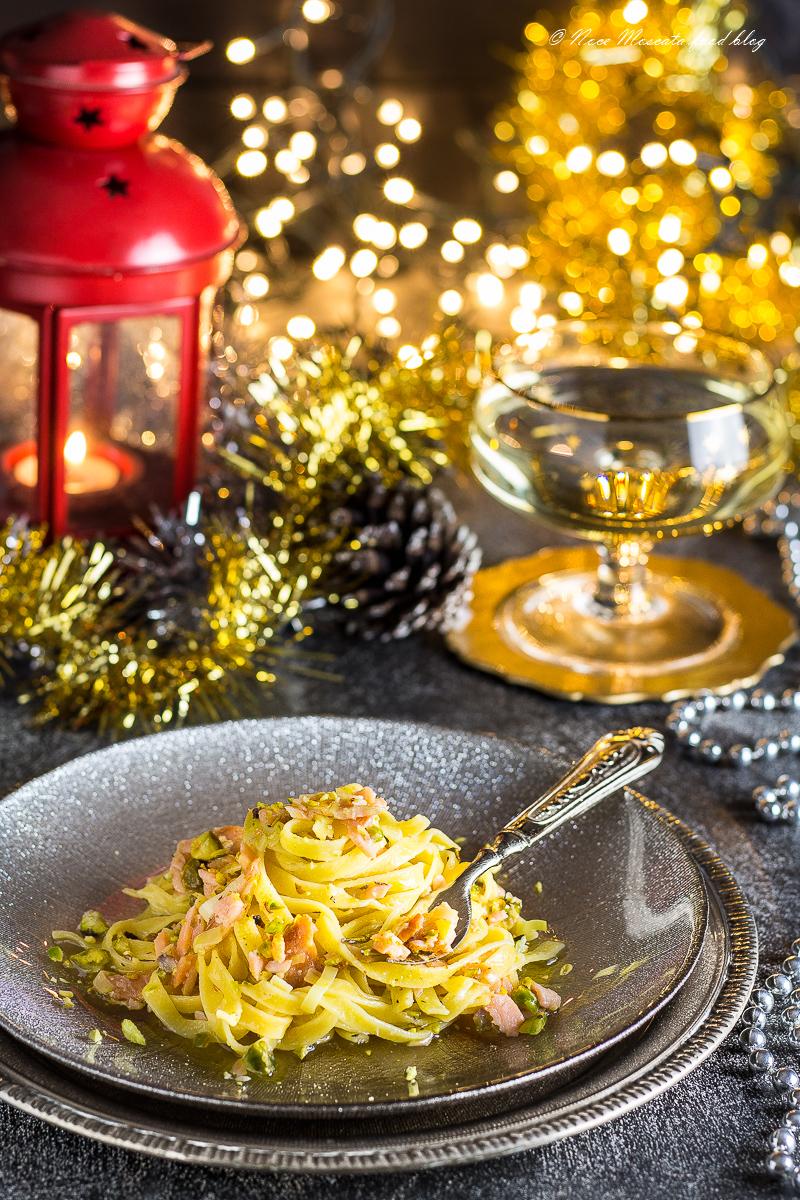Tagliatelle al Vino Bianco con Salmone e Pistacchi