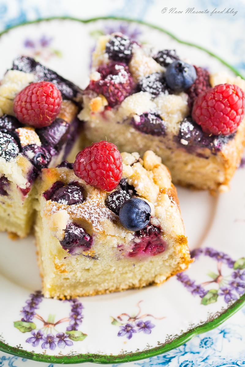 Torta Soffice allo Yogurt con Frutti di Bosco e Crumble