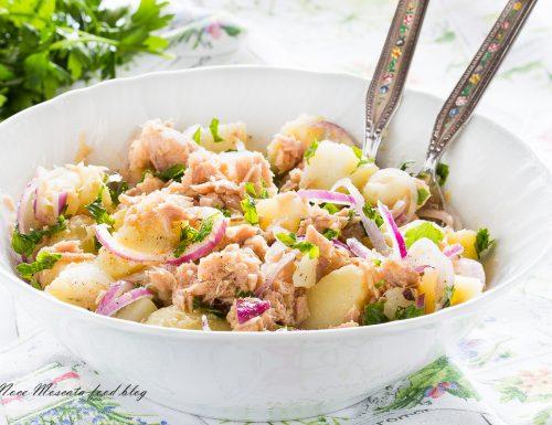Insalata di patate con tonno e cipolla