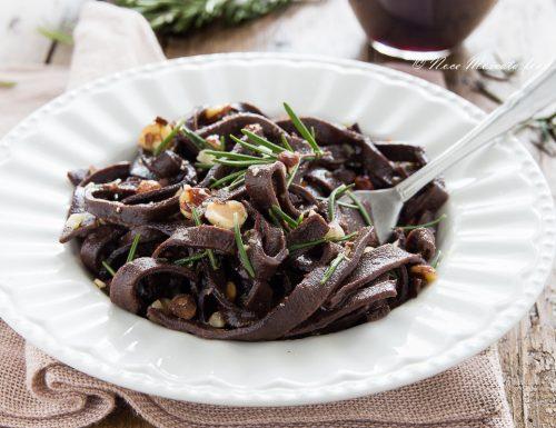 Tagliatelle al cacao aglio e olio con rosmarino e nocciole