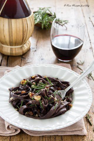 Tagliatelle al cacao all'aglio e olio con rosmarino e nocciole tritate
