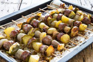 Spiedini di patate salsiccia e cipolla