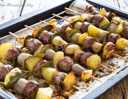 Spiedini di salsiccia patate e cipolla