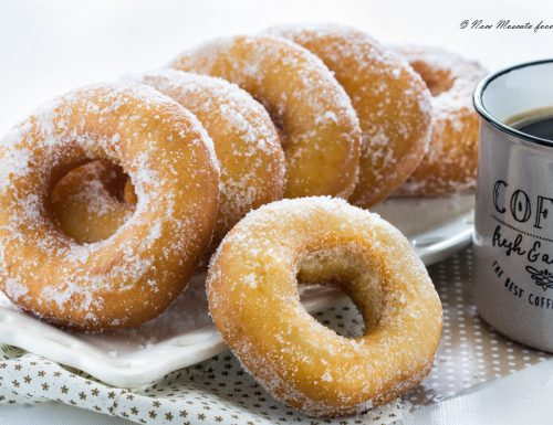Ciambelle fritte con lo zucchero senza lievitazione