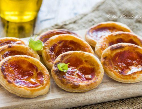 Pizzette di sfoglia al pomodoro